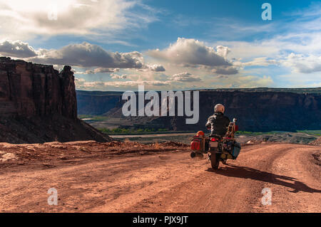 Biker auf Rock climbing Route, Canyonlands National Park, Moab, Utah, USA - Stockfoto
