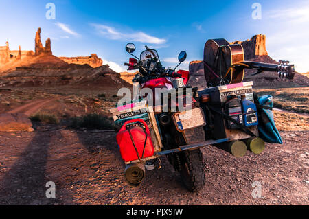 Motorrad auf Rock climbing Route, Canyonlands National Park, Moab, Utah, USA - Stockfoto