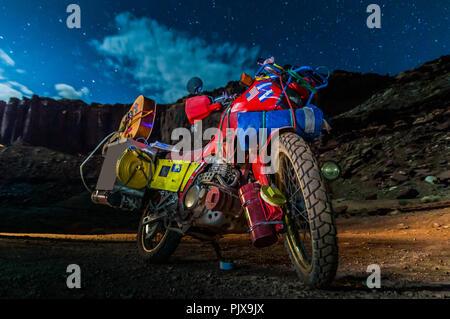 Motorrad auf Rock climbing Route, Canyonlands National Park, Moab, Utah, USA - Stockfoto