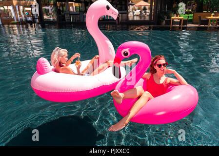 Frohe glückliche Frauen zusammen im Pool - Stockfoto
