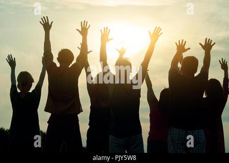 Menschen die Hände oben, Ansicht von hinten. - Stockfoto