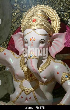 Ganesh Idol unter für die Ganesh Fest Feier Mumbai, Indien. - Stockfoto
