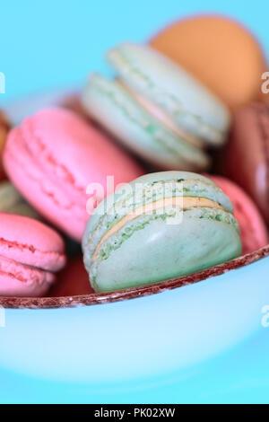 Kuchen Macaron oder Makronen auf Türkisfarbenem Hintergrund, Pastellfarben, leckeres Essen, Karte - Stockfoto