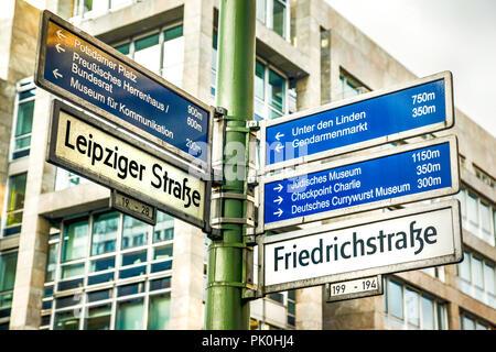 Mehrere Ziele Wegweiser an der Ecke Friedrichstraße und die Leipziger Straße in Berlin, Deutschland - Stockfoto