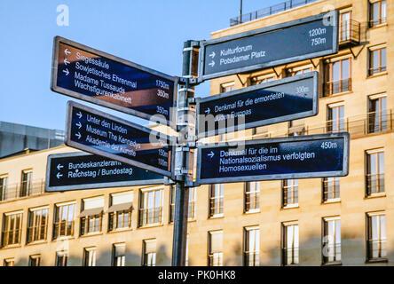 Mehrere Ziel Schilder aus Metall in der Pariser Platz, nahe dem Brandenburger Tor in Berlin, Deutschland - Stockfoto