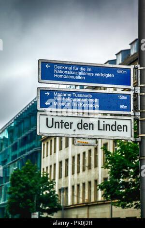 Mehrere Ziele Wegweiser in Unter den Linden in der Nähe von Brandenburger Tor in Berlin, Deutschland - Stockfoto