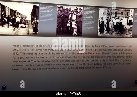 Die Menschen die Ausstellung in der unterirdischen Denkmal für die ermordeten Juden Europas auf Cora-Berlinerstrasse in Berlin, Deutschland - Stockfoto