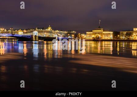 Blick auf Palace Bridge bei Nacht in St. Petersburg, Russland - Stockfoto