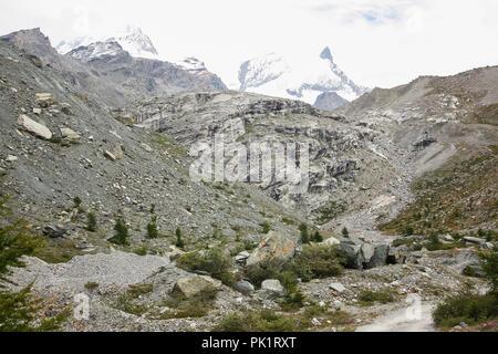 Blick auf einer felsigen Landschaft in den hohen Schweizer Bergen an einem bewölkten Sommertag. - Stockfoto