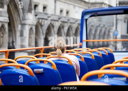 Ein sightseer auf einem London Tourist Bus wie leitet er den Royal Courts of Justice. . - Stockfoto