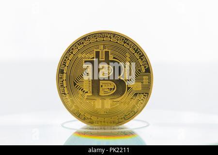 Ein bitcoin Cryptocurrency digitale Bit Münze BTC Währung Technologie Business Internet Konzept. - Stockfoto
