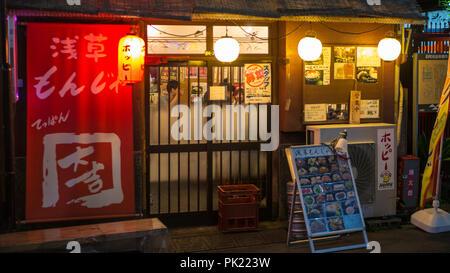 Tokio, Japan - September 8, 2018. : Ein kleines Restaurant in Asakusa neary Senso-ji Tempel. - Stockfoto