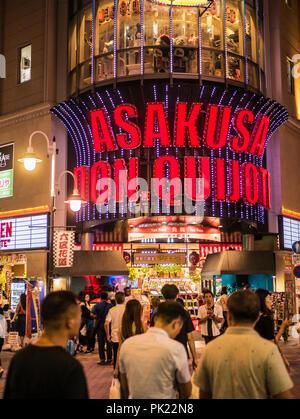 TOKYO, JAPAN - 8. SEPTEMBER 2018: Asakusa Don Quijote Discounter in der Nacht street view in Tokio, Japan. - Stockfoto