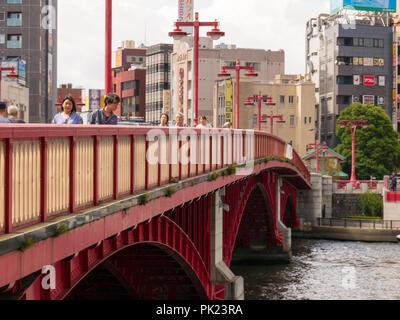 Tokio, Japan - September 8, 2018. Peole Spaziergang auf Azuma Bashi Brücke in einem heißen Sommertag. Asakusa. - Stockfoto