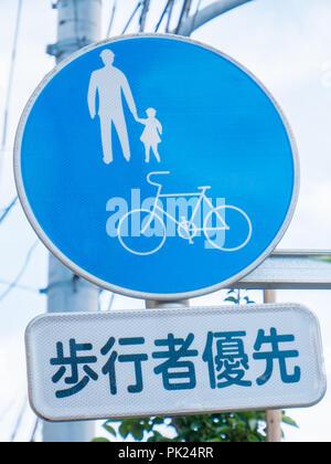 "Schild ""Fußgänger-Priorität"" in Tokio, Japan. - Stockfoto"