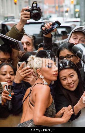Toronto International Film Festival, Toronto, Kanada. 9. September 2018. Lady Gaga posiert mit Fans außerhalb der Elgin Theater in Toronto. Credit: tdotdave/Alamy leben Nachrichten - Stockfoto