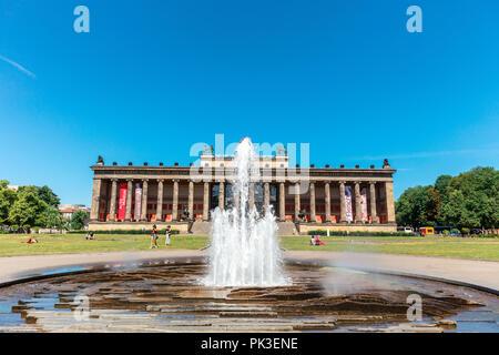 Lustgarten Brunnen durch die klassizistische Gebäude des Alten Museums in Berlin. - Stockfoto