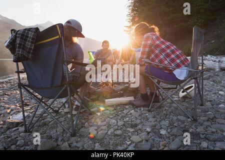 Gruppe von Freunden am Lagerfeuer rösten Hot Dogs. - Stockfoto