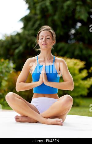 Mädchen üben Yoga im Freien - Stockfoto