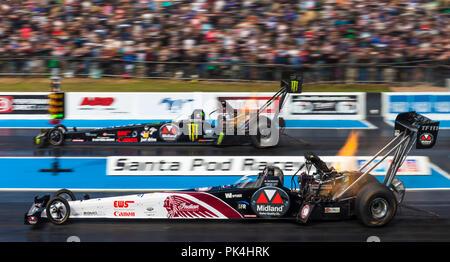 Top Fuel Drag racing in Santa Pod Raceway. Urs Erbacher nearside v seine Tochter Jndia Erbacher weit Seite. - Stockfoto