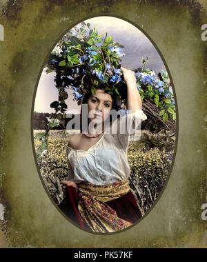 Fotos Nachbildung der alten Welt Art Bauernmädchen im Feld mit Blumen, retro Frau Rosen Holding, betende Frau und mehr. - Stockfoto