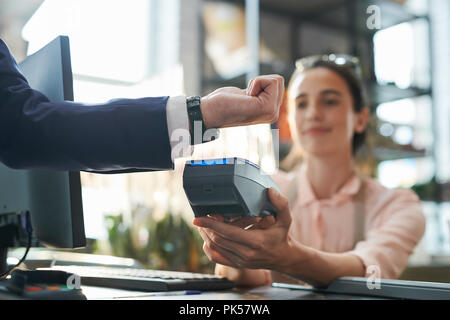Unternehmer zahlen durch Smartwatch - Stockfoto