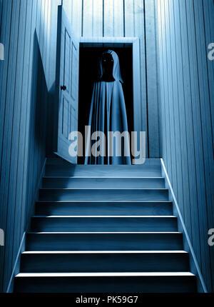 Gruselige Monster in mit Kapuze Umhang mit glühenden Augen in geöffneten Tür Schritte von einem dunklen Keller. 3D-Rendering - Stockfoto