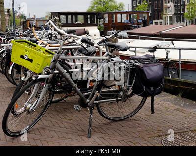 Fahrräder sind eine der stöhnen Formen des Verkehrs in Amsterdam und sind überall geparkt, - Stockfoto