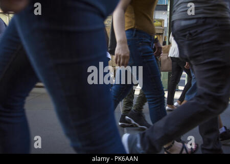 Fußgänger zu Fuß auf der East 42th Street an einem heissen Sommertag in Midtown Manhattan, New York City. - Stockfoto