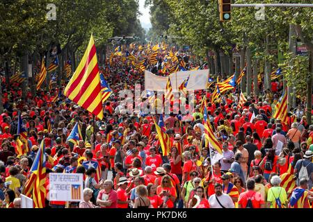Barcelona, Spanien. 11 Sep, 2018. Tausende von Menschen an einem Marsch für von dem Katalanischen pro genannt - Unabhängigkeit Gruppe Asamblea Nacional Catalana (ANC) anlässlich der Nationalen Tag der Katalonien (Iada) feiern in der Innenstadt von Barcelona im Nordosten Spaniens, 11. September 2018. Credit: Enric Fontcuberta/EFE/Alamy leben Nachrichten - Stockfoto