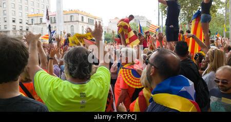Barcelona, Spanien. 11 Sep, 2018. Eine Million Menschen in den Straßen von Barcelona Anspruch für die Freiheit, ihre independantists Politik im Gefängnis und für die Freiheit von Catalunya aus Spanien od. Organisiert von unabhängigen Organisationen, alle Barcelona downton als durch die Menschen, die figths Für eine kostenlose Katalonien genommen. Jedes Bild zeigt die Menschen singen Der catalunya traditionellen Musiken,, immer gefragt, für indepnedence. Am 10. Oktober begannen sie ein Referendum und mehr als 50 % der Catalunya Bevölkerung für Freiheit, aber die Spanien votred governament verweigert. Dies ist der wichtigste Manifestation. Credit: Julio - Stockfoto
