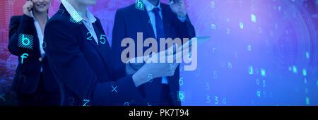 Das zusammengesetzte Bild der Unternehmerin mit Tablette während Kollegen am Telefon sprechen im Hintergrund - Stockfoto