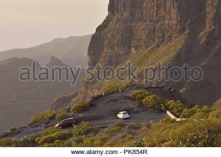 Mirador die Cherfe Aussichtspunkt, Touristen, am Abend Blick auf Masca Tal. Hohe Mauern von Teno Massiv im Nordwesten von Teneriffa, Kanarische Inseln. - Stockfoto