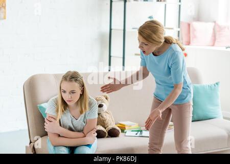 Wütende Mutter kreischend an jugendlich Tochter zu Hause - Stockfoto