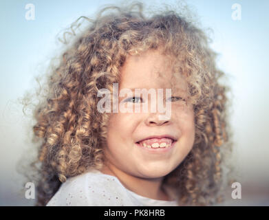Outdoor Portrait eines lächelnden Mädchen. Positive Emotionen Konzept. - Stockfoto