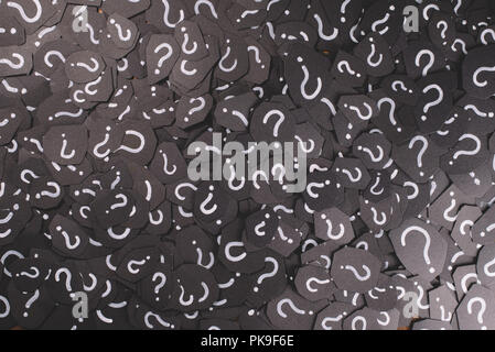 Full Frame Bild von schwarzem Papier mit Fragezeichen für Hintergrund. Konzept der Frage, Problem, FAQ, Q&A und Geheimnis - Stockfoto
