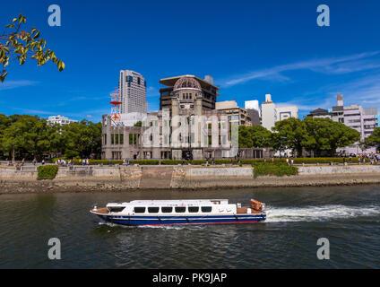 Fähre in Ota Fluss vor dem Genbaku Dome in Hiroshima Peace Memorial Park, Chugoku region, Hiroshima, Japan - Stockfoto