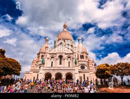 Sacre-coeur Kalkstein Kathedrale Montmartre, Paris, Frankreich während sunnyday mit grünen conopy und Touristen sitzen auf Schritte - Stockfoto