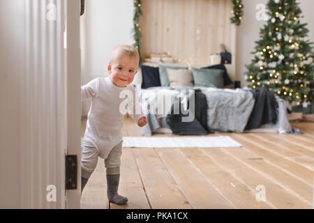 Kinder peeking aus der Offenen Tür - Stockfoto