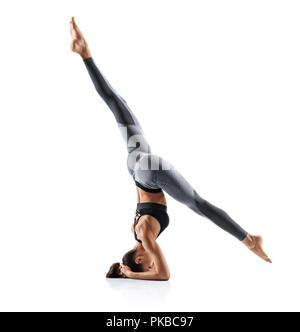 Silhouette der schlanke Mädchen üben Yoga auf weißem Hintergrund. Konzept des gesunden Lebens und der natürlichen Balance zwischen Körper und geistige Entwicklung. - Stockfoto