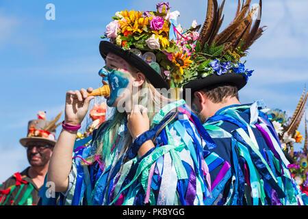 Morris Dancers, Mitglieder des Exmoor Grenze Morris an der Swanage Folk Festival, Dorset Großbritannien auf einem schönen warmen sonnigen Tag im September 2018 - Stockfoto