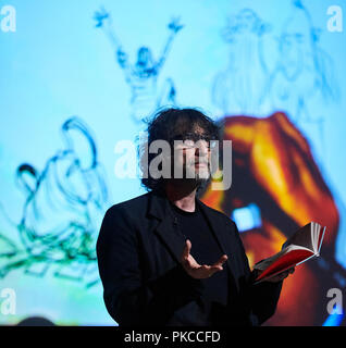 London, Großbritannien. 12. Sep 2018. Neil Gaiman und Chris Riddle im neu eröffneten EartHackney, Kunst Fragen Live gehostet von Lauren Laverne, September 2018 12. London. Quelle: Thomas Bowles/Alamy leben Nachrichten - Stockfoto