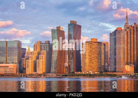 Blick auf die Skyline von Manhattan vom Long Island City bei Sonnenaufgang, diesem Bereich entlang des East River in Queens ist bekannt für seine herrliche Aussicht auf Manhattan. - Stockfoto