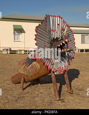 Ungewöhnliche und ins Auge springende Street Art, große Skulptur des Australischen Halskrause-necked Eidechse aus Wellblech in ländlichen Stadt - Stockfoto