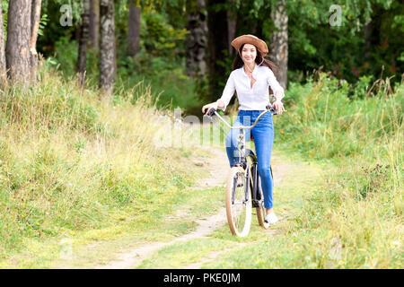 Hübsches Mädchen reiten auf einem Fahrrad - Stockfoto