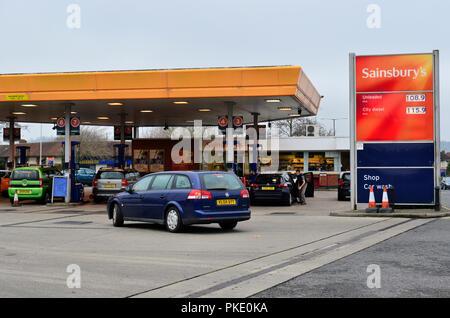 Senkung der Preise. Kraftfahrer Warteschlange für niedrigere Benzin- und Dieselpreise an Sainsburys Winterstoke Road, Bristol. ROBERT TIMONEY/AlamyLiveNews - Stockfoto