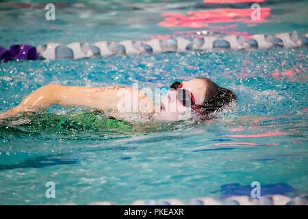 Eine junge Frau schwimmen Runden auf einem Feldweg, während einer triathalon Rasse; Plano, Texas, Vereinigte Staaten von Amerika - Stockfoto