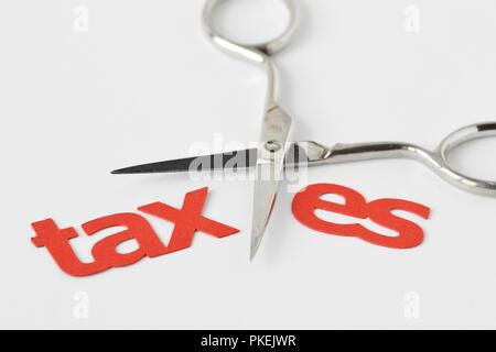 Schere schneiden das Wort Steuer- und Abgabensenkung Konzept - Stockfoto