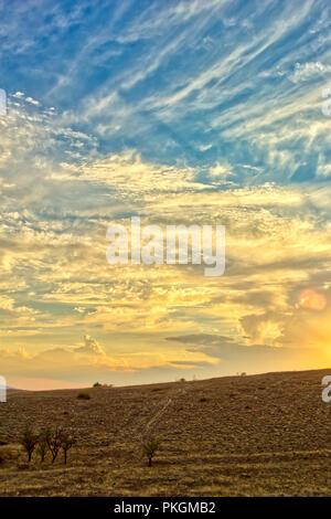Lebendige Landschaft mit schönen Himmel. HDR-Foto bhudda auf der Krim - Stockfoto