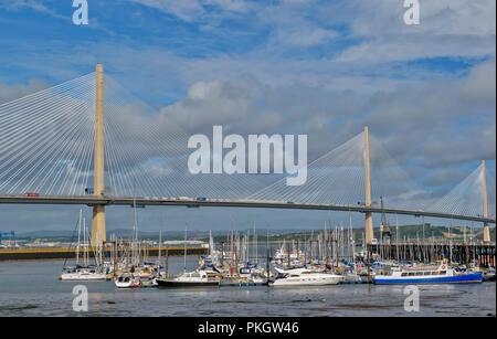 QUEENSFERRY KREUZUNG Firth von weiter SCHOTTLAND SONNENLICHT AUF DIE TÜRME UND DIE KABEL UND AUF Yachten und Boote von PORT EDGAR MARINA - Stockfoto